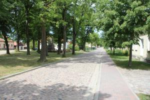 Ferienwohnung auf dem Feldsteinsteinhof - Groß-Ziethen - Straße in das Steinschläger- und Hugenottendorf