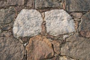 Ferienwohnung auf dem Feldsteinhof - Feldsteinmauer mit Zwillingssteinen